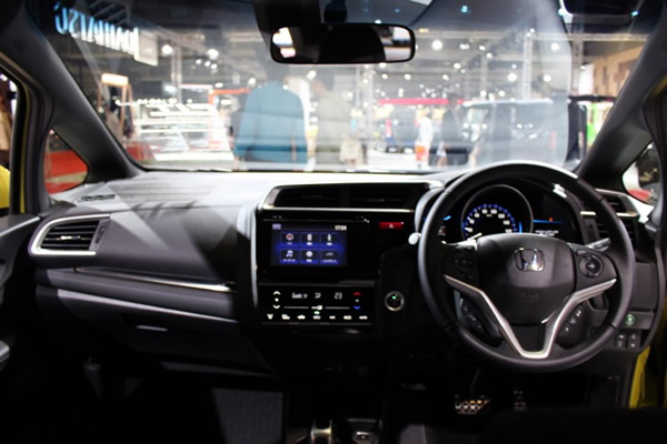 フィット運転席画像